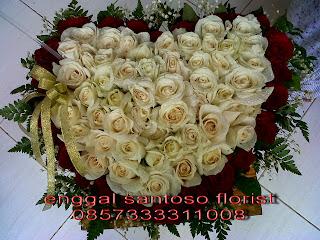 rangkaian bunga meja model love mawar putih