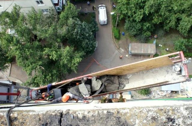 В Уфе с высоты сорвалась люлька с рабочими