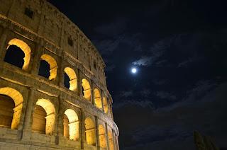 Coliseo romano de noche