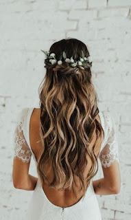 corona de flores y cabello largo novia