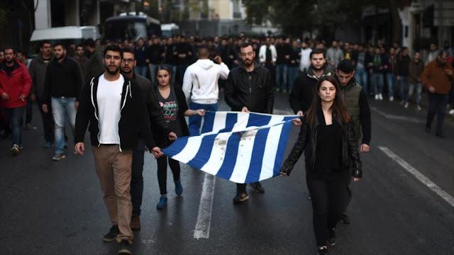 Miles de manifestantes griegos marchan hacia embajada de EEUU