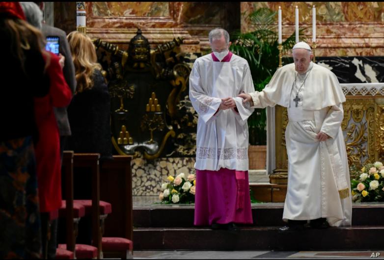 El maestro de ceremonias litúrgicas pontificias, el sacerdote italiano Guido Marini ayuda al Papa Francisco después de que pronunció su Bendición Urbi et Orbi, luego de la Misa de Pascua en la Basílica de San Pedro en el Vaticano el 4 de abril de 2021 / AP