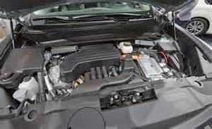 Sistem Kerja Mobil Hybrid memadukan ke-2 sumber tenaga, yang bisa dikerjakan dengan dua buah langkah yang tidak sama yakni : Hybrid paralel serta Hybrid seri. Hybrid paralel mempunyai tangki BBM yang menyuplai bensin ke mesin.