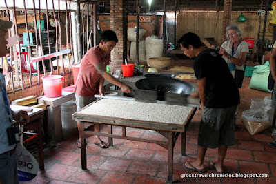 forming and cutting puffed rice cakes