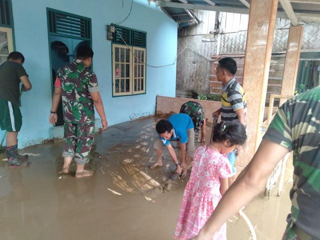 Pasca Banjir, Anggota Koramil 02/Sungai Limau Bantu Bersihkan Mushola
