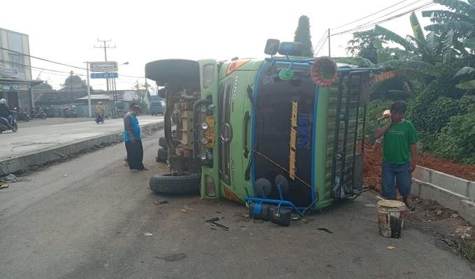 Lagi-lagi Akibat Minim Rambu, Dump Truk Terguling di Proyek Jalan Nasional MIilk PT. Mutiara Indah Purnama