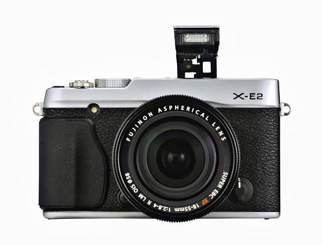 Fotografia della Fujifilm X-E2 con il flash alzato