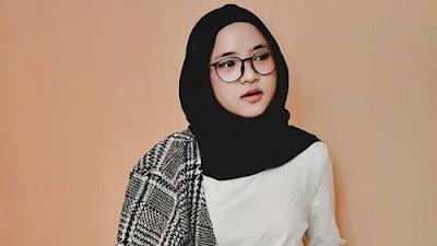 Khoirunissa atau dikenal sebagai Nissa Sabyan merupakan seorang penyanyi gambus terkenal b Profil dan Biodata Nissa Sabyan Gambus | TTL, Fakta, Foto [Lengkap]