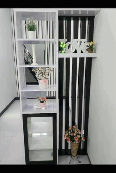 Bentuk Sekat Ruangan Minimalis Modern 2 Muka Dari HPL Warna Hitam