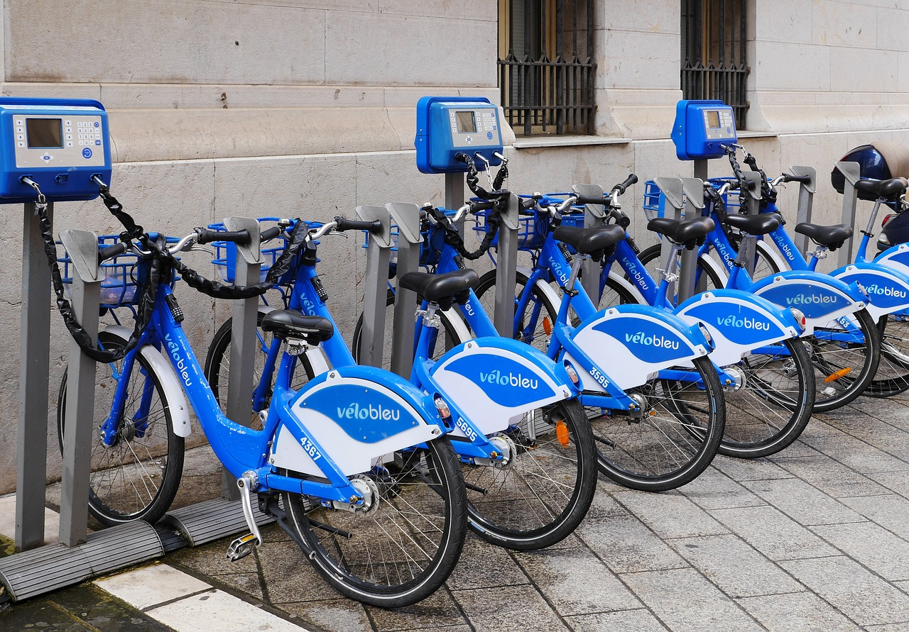 La France entend apporter son aide pour remplacer les vieilles voitures par des vélos tandis que l'Espagne confie tout à la voiture électrique