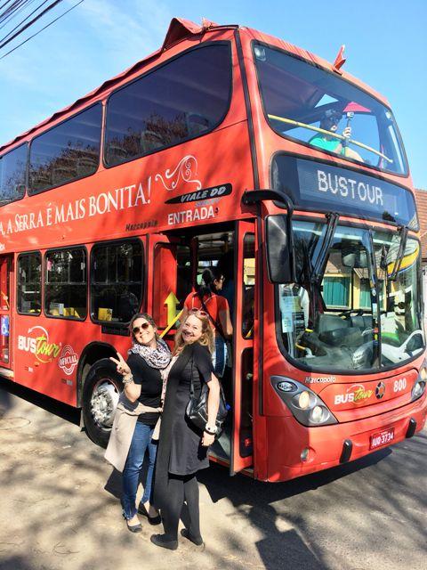 Eu e Dani, do blog Viajando com Daniela, no Bustour da Brocker Turismo, em Canela, na Serra Gaúcha