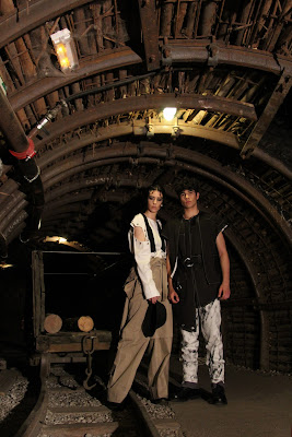 Modelos posando para la colección de Ana de Celis en la Mina Visitable del CIM de Barruelo