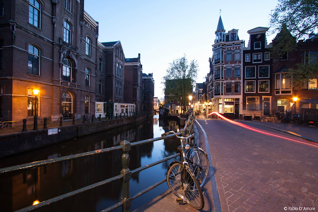 Canali di Amsterdam di sera