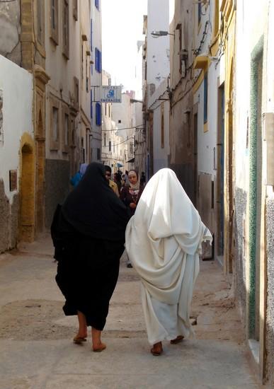 Les femmes swiries (d'Essaouira) dissimulées sous leurs haïks traditionnels ne passent plus vraiment inaperçues de nos jours...
