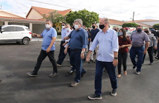João Azevêdo entrega estradas que beneficiam mais de 40 mil moradores do Cariri