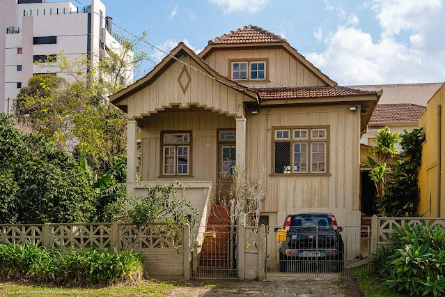 Casa de madeira na Rua Santa Rita de Cássia - fachada