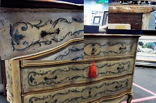 antiguo mueble veneciano del 19 en el desembalaje de bilbao