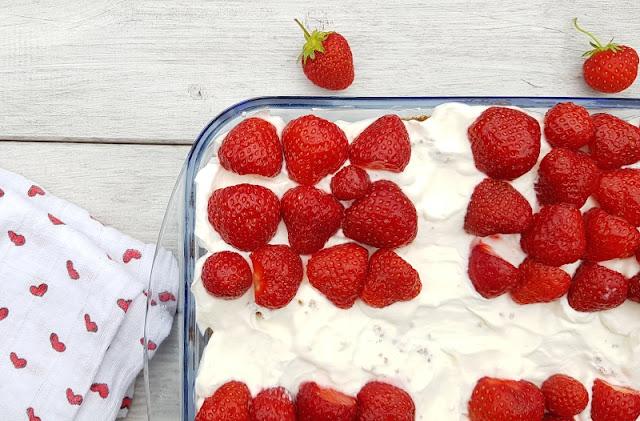 Rezept: Dänischer Erdbeer-Quark im Dannebrog-Design. Der rot-weiße Nachtisch schmeckt auch Kindern gut!