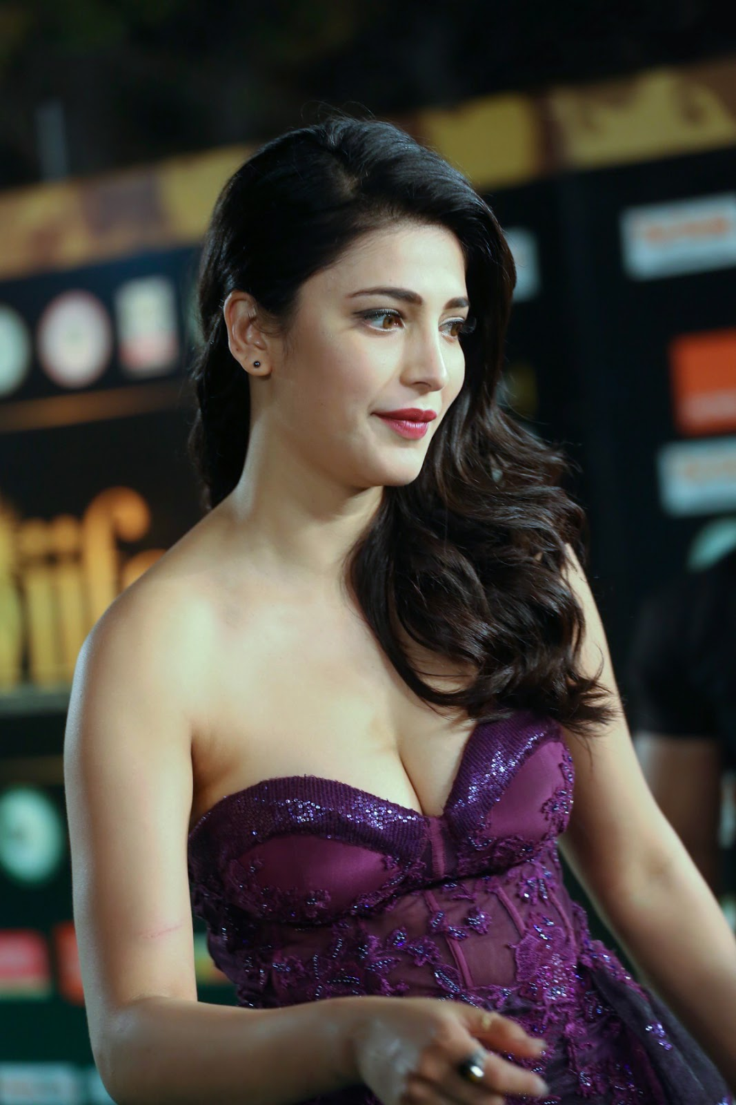Shruti Hassan Hot At IIFA Awards In Purple Off Shoulder Gown
