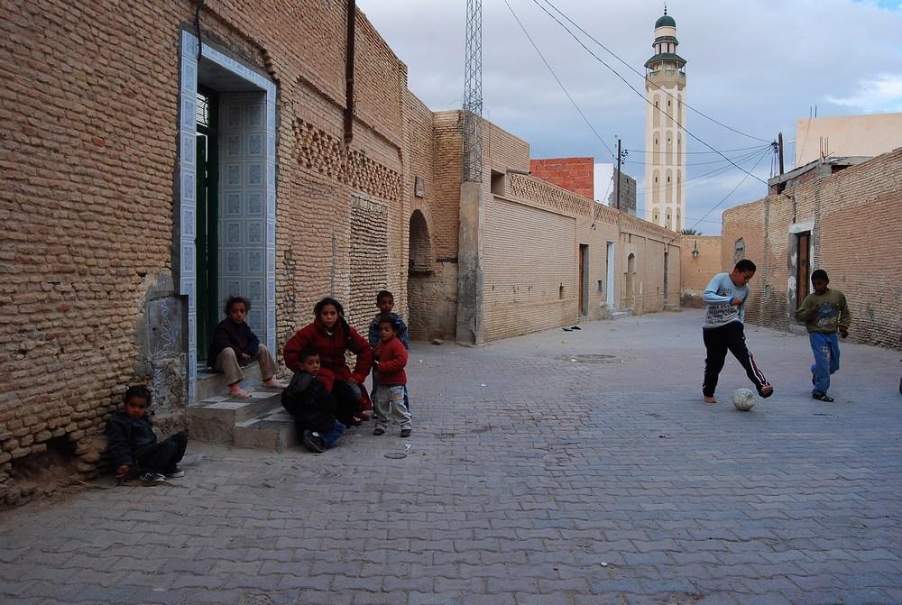 des jeunes jouant au foot non loin d'une des nombreuses mosquées de la ville