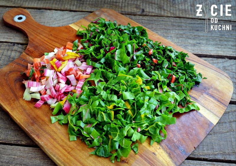 bocwina, burak lisciowy, jak przygotowac buraki lisciowe, burak lisciowy, szparagi, salatka, kasza jaglana, kwiaty jadalne, wiosenna salatka, kwiaty szczypiorku, wiosna na talerzu, zycie od kuchni, czerwiec w kuchni, sezonowo czerwiec