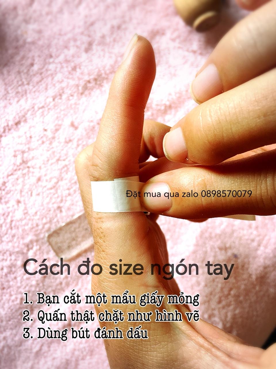 Nhớ quấn chặt khi đo ngón tay đeo nhẫn nhé