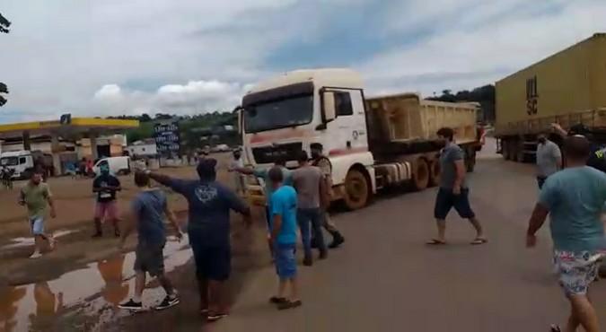 Caminhoneiros que atuam no minério protestam contra alta no diesel e baixo valor do frete em MG