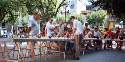 Simultáneas de ajedrez en Arenys de Mar en agosto de 2000
