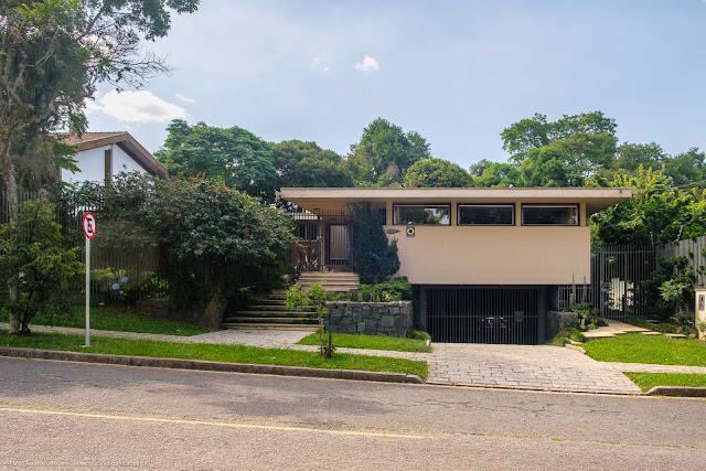 Casa em estilo modernista projetada por Gherard Leo Linzmeyer