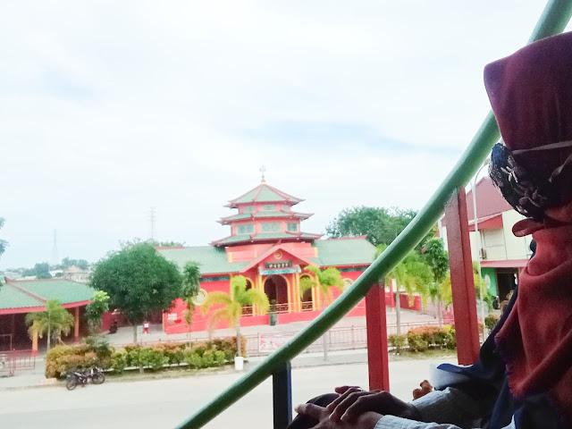 Mesjid Muhammad Cheng Hoo dari seberang jalan