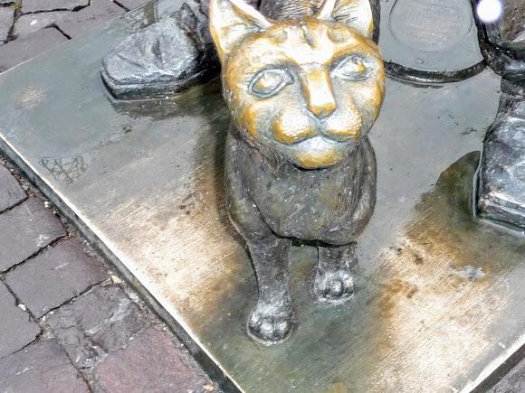 Мукачево. Площадь Кирилла и Мефодия. Памятник «Трубочист и кот»