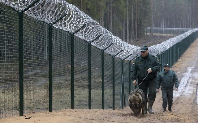 В Латвии построили 93-километровый забор на границе с Россией