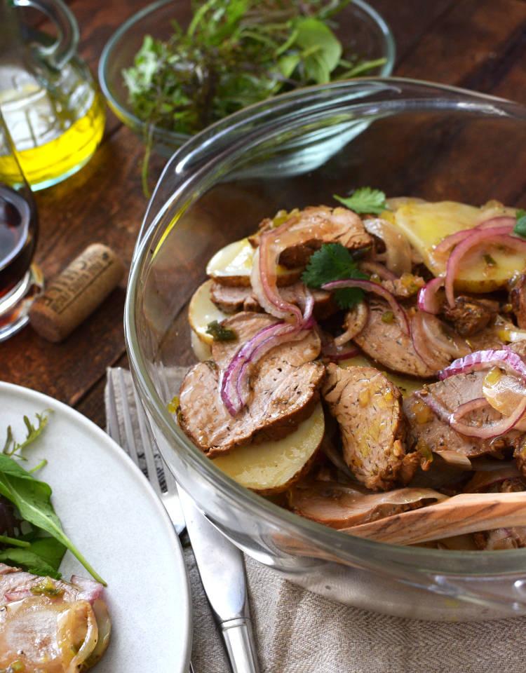 Carne fría en vinagreta con papas y cebolla
