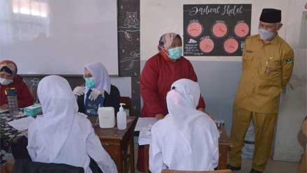 Mahyeldi Tinjau Vaksinasi di SMA N 1 Padang