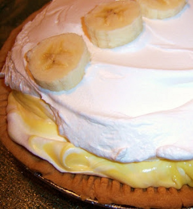 bananas on top of a cream pie