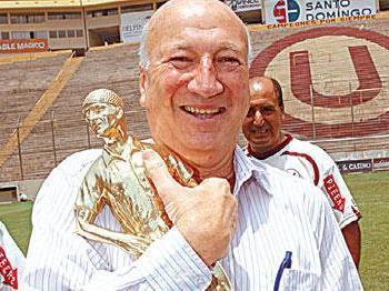 Foto de Gino Pinasco con trofeo ganado