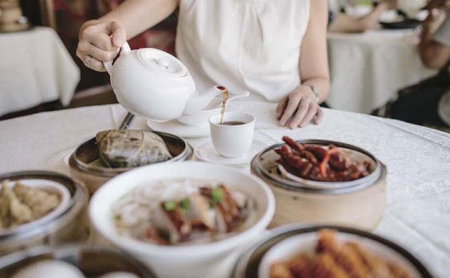 """Gọi là """"uống trà sáng"""", nhưng họ đến cao lầu trà quán là để gặp gỡ bạn bè, để dẫn cả gia đình già trẻ lớn bé đến đây thư giãn, để nghe nhạc Quảng Đông, tìm lại những hồi ức về quê hương xa vắng.Gọi là """"uống trà sáng"""", nhưng """"uống"""" đã lui về hạng thứ yếu, nhường chỗ cho """"ăn"""". Người Quảng Đông hay ăn và sành ăn đã thể hiện tường tận thấu đáo qua các món ăn nhẹ nhàng và tinh xảo.  Các món ăn trong bữa trà sáng gọi chung theo tiếng Quảng là """"tỉm sắm""""(điểm tâm), các tiếng Anh - Pháp phiên âm thành """"tim sum"""" và trở nên thông dụng, các nơi bán trà sáng gọi là """"tim sum house""""."""