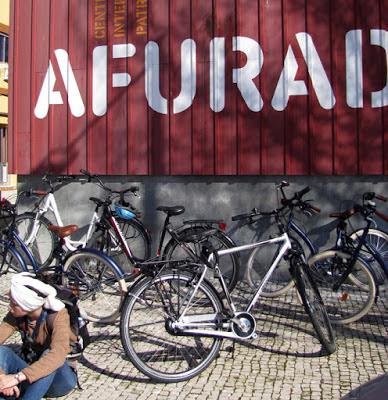 bicicletas em frente ao Centro Interpretativo da Afurada