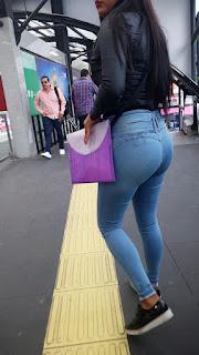 Linda morena buenas nalgas jeans ajustados