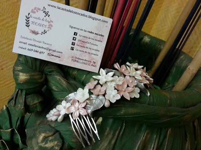 tiara para novia de porcelana con hojas y flores en gris champagne, rosa y blanco