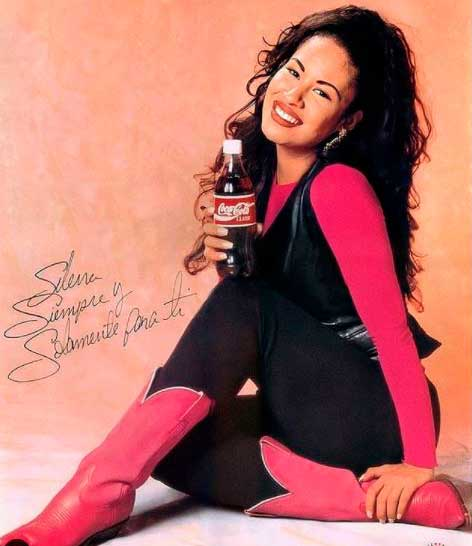 Selena Quintanilla roupa preta e rosa