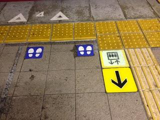 percorsi per i pedoni e i non vedenti indicati sul marciapiede