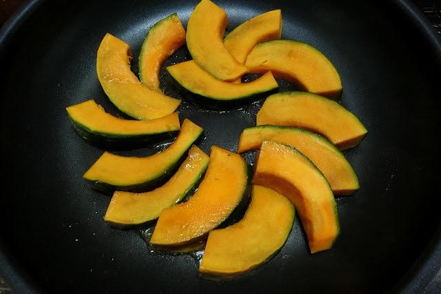 フライパンを熱して油を入れ、かぼちゃを並べ入れて表面に軽く焼き色がつくように両面こんがり焼きます。