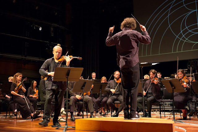 Pekka Kuusisto, Nicholas Collon and the Aurora Orchestra (Photo Nick Rutter)