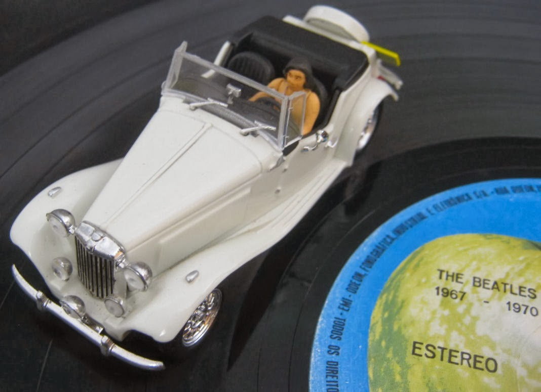 Miniatura de MP Lafer sobre disco de vinil dos Beatles.