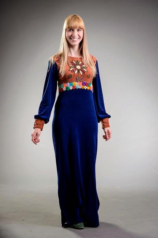Figurino Rita Lee (Renata Guida) vestido azul royal longo estilo hippie