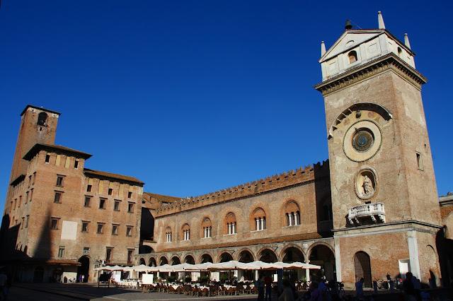 piazza Erbe-palazzo della Ragione-palazzo del Podestà-Torre dell'Orologio-Mantova