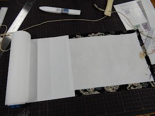 手製本工房まるみず組での絵巻制作体験風景(表紙づくり)