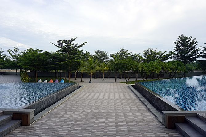 Kolam Renang yang luas di Pollos Hotel and Gallery Rembang