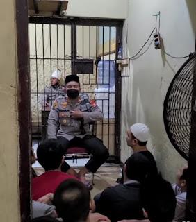 Berikan Tausiah Kepada Tahanan,Kapolres AKBP Kadarislam: Perbanyaklah Istighfar dan dirikan Shalat berjama'ah